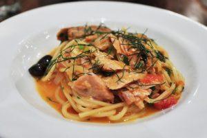 Linguine al tonno rosso di Favignana, pomodorini e olive nere di Gaeta