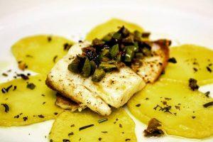 filetto di orata con olive su patate al rosmarino